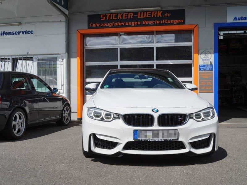 Foliertes weißes BMW vor der Werkstatt