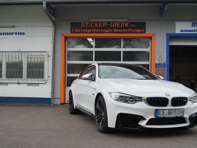Frontansicht eines BMW M4 nach Teilfolierung mit Dekorstreifen