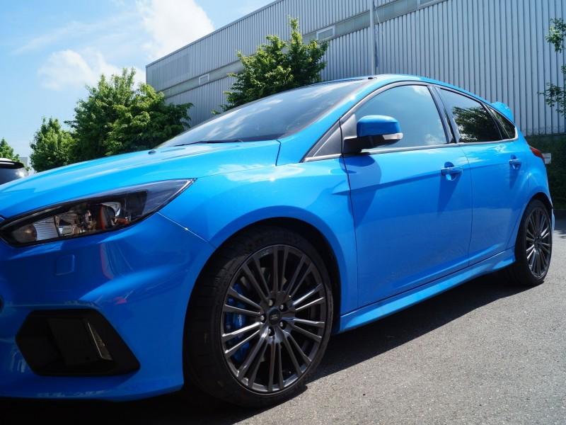 Nahaufnahme rechte, vordere Seite von Ford Focus RS Ultimate in hellblau vor Folierung