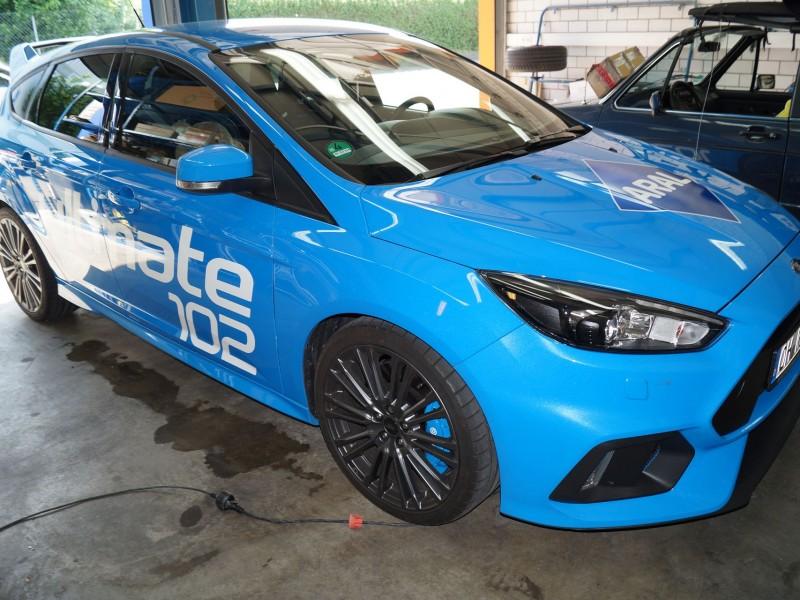 Ansicht schräg oben von Ford Focus RS Ultimate in hellblau nach Folierung mit Schriftzug