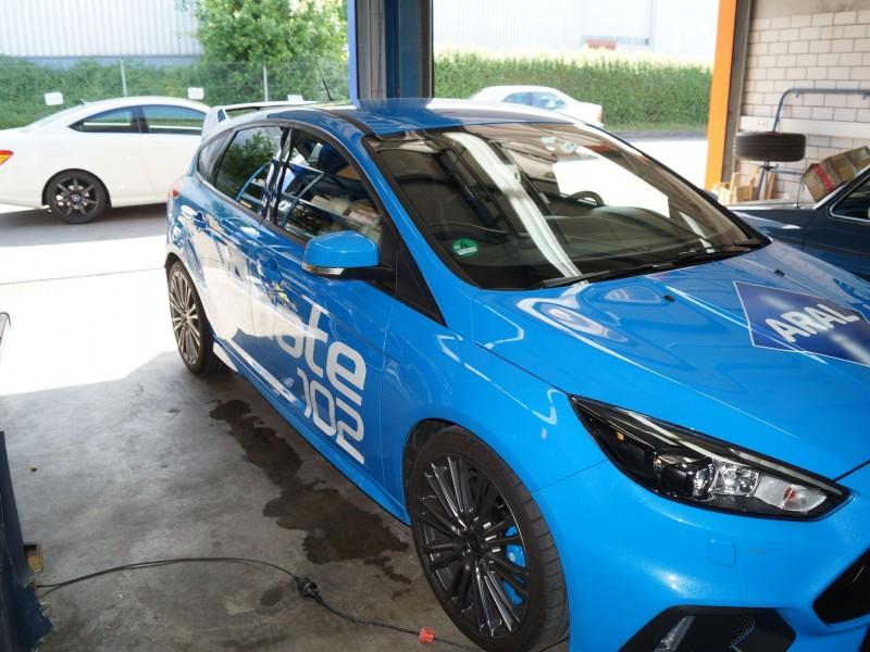 Ansicht vorne links von Ford Focus RS Ultimate in hellblau nach Folierung mit Schriftzug