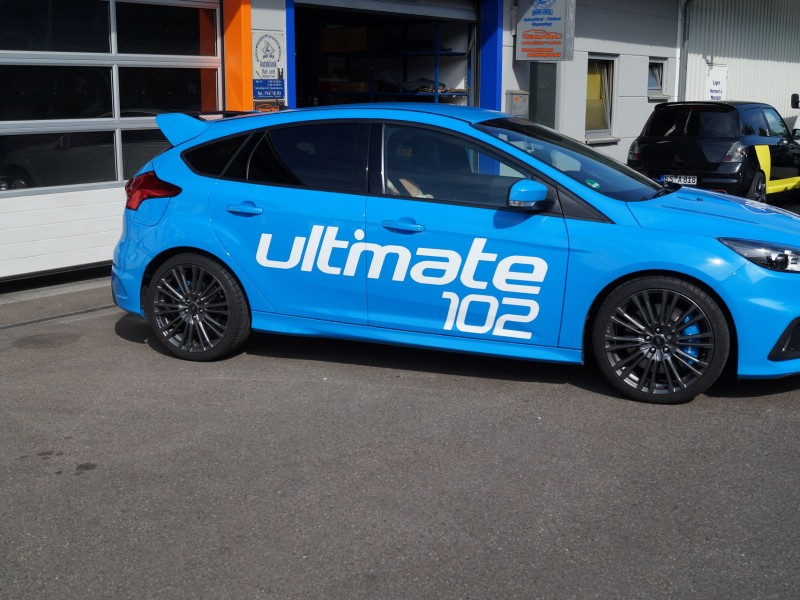 Ansicht rechte Seite von Ford Focus RS Ultimate in hellblau nach Folierung mit Schriftzug