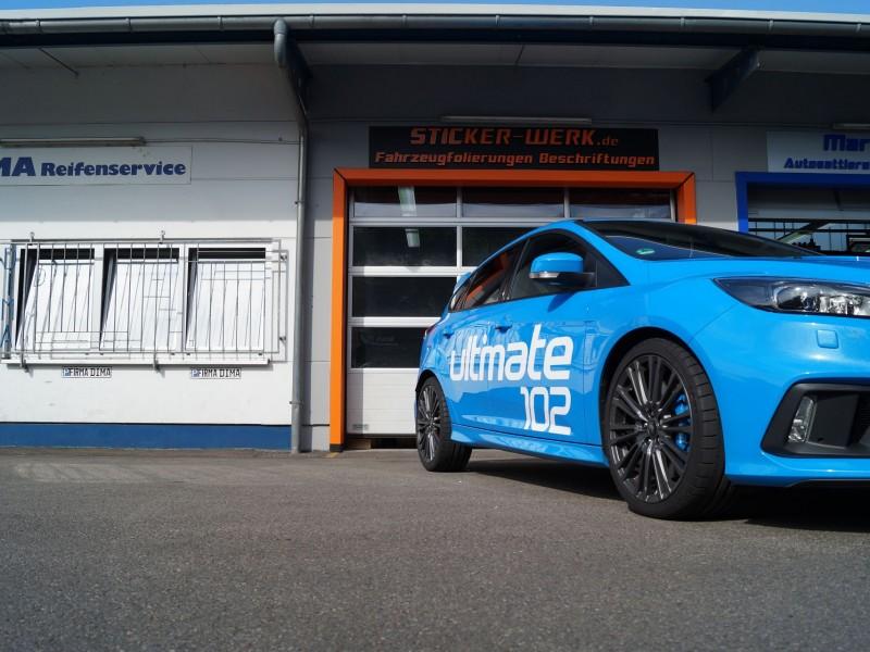 Ford Focus RS Ultimate in hellblau nach Folierung mit Schriftzug vor der Sticker-Werk Werkstatt