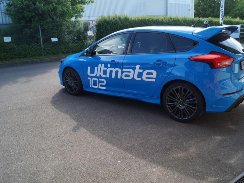 Ansicht linke Seite von Ford Focus RS Ultimate in hellblau nach Folierung mit Schriftzug