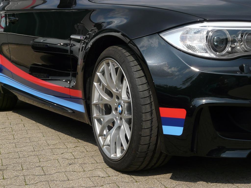 Zugeschnittene Farbfolien an der Seite eines Autos
