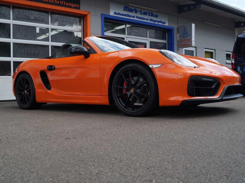 Seitliche, vordere Ansicht von Porsche Boxster GTS in orange nach Car Wrapping