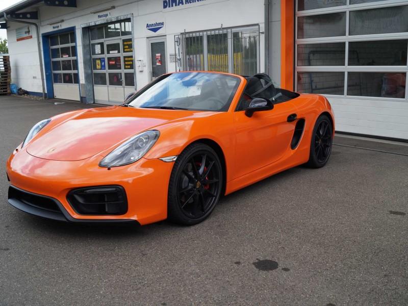 Ansicht rechte Seite von Porsche Boxster GTS in orange nach Car Wrapping