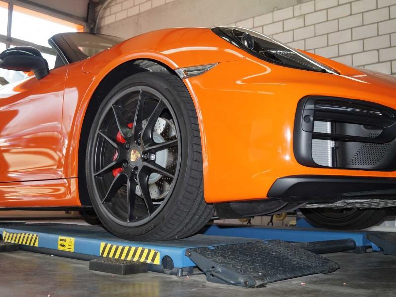 Ansicht rechte Seite von unten eines Porsche Boxster GTS in orange nach Car Wrapping