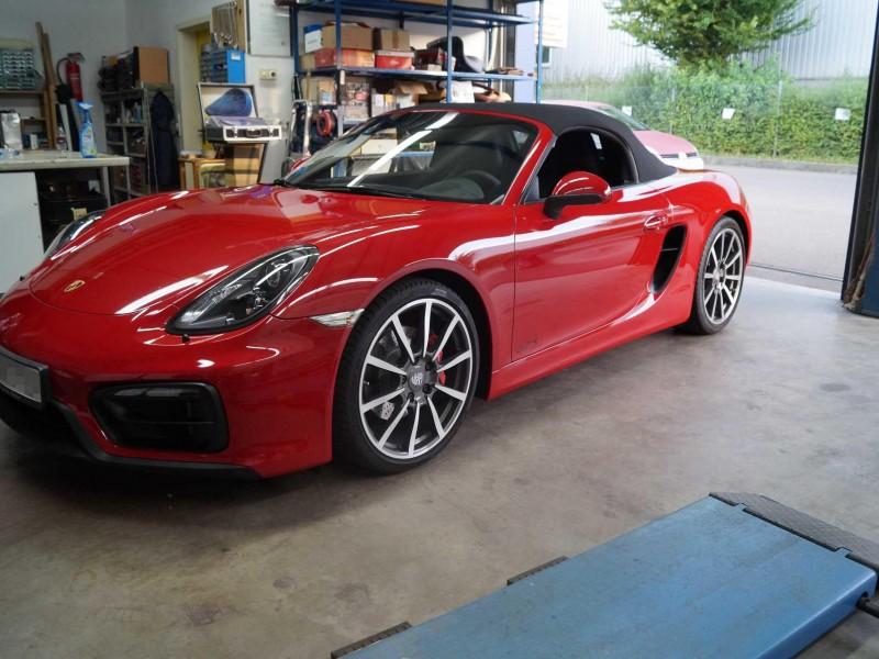 Seitliche Ansicht eines roten Porsche GTS mit Lackschutz-Folierung