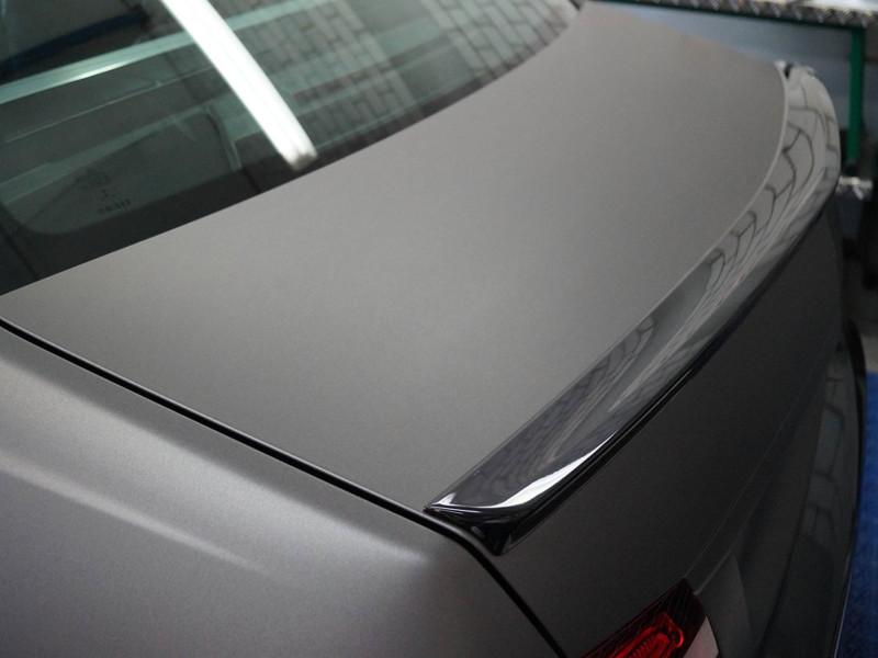 Kofferraumdeckel eines Mercedes E63 AMG S nach Komplettfolierung in Anthrazit Metallic Matt