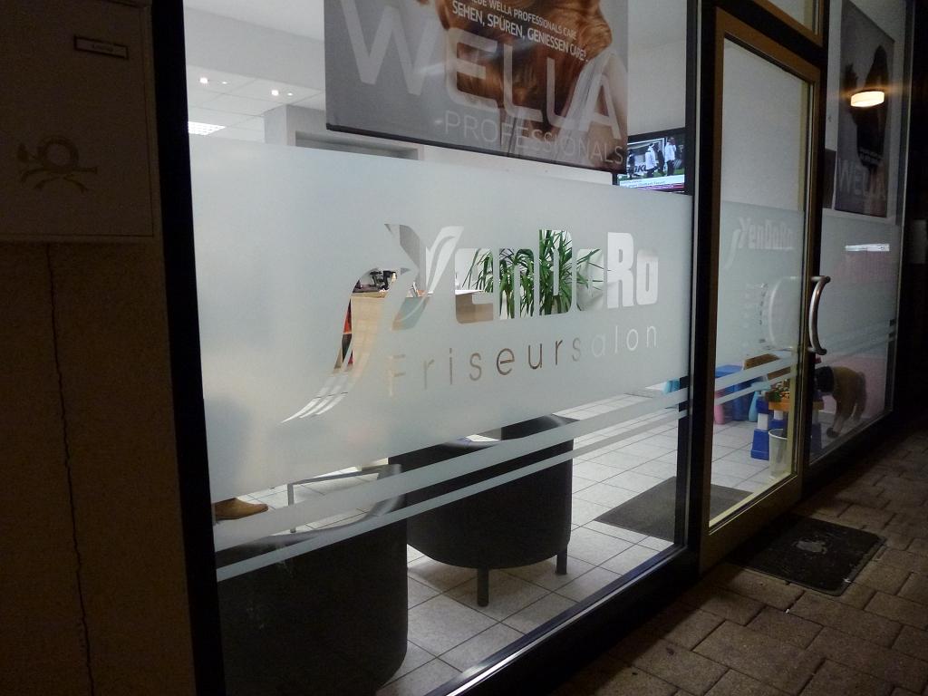 Friseursalon-Schaufenster mit Sichtschutz-Beschriftung von Sticker-Werk