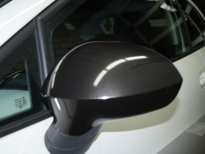 Seitenspiegel eines Seat Ibiza nach Teilfolierung in Schwarz-Metallic