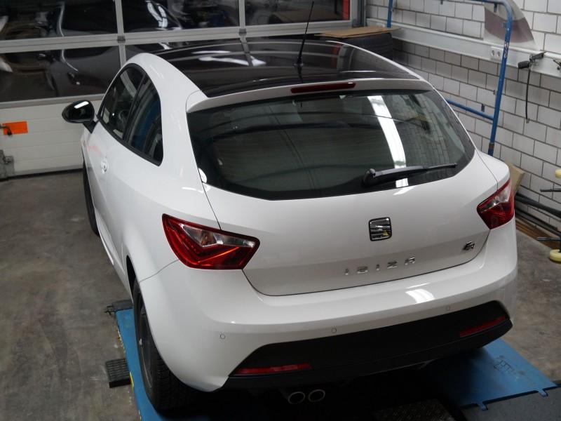 Ansicht hinten oben eines Seat Ibiza nach Teilfolierung in Schwarz-Metallic