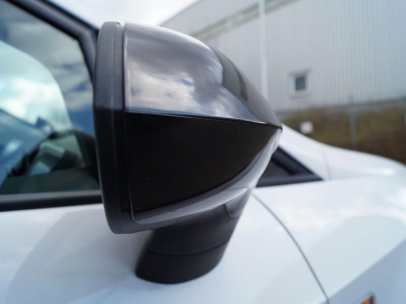 Seitenpspiegel eines Seat Ibiza nach Teilfolierung in Schwarz-Metallic