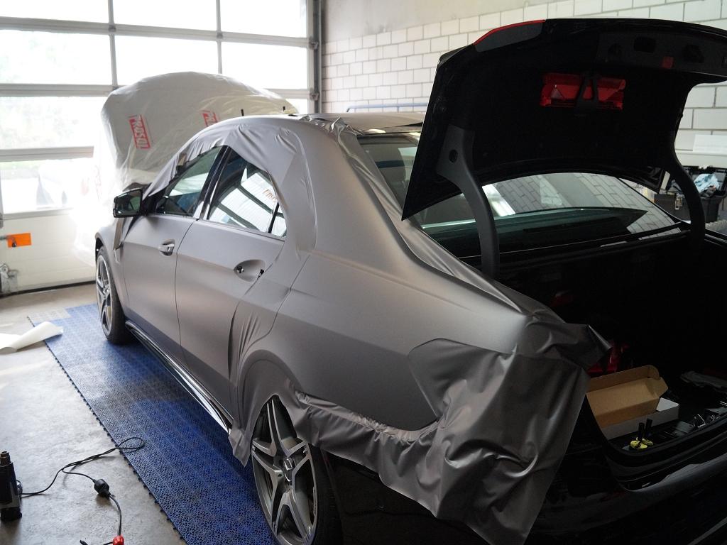 Mercedes während der Vollfolierung in grau mit organenen Akzenten