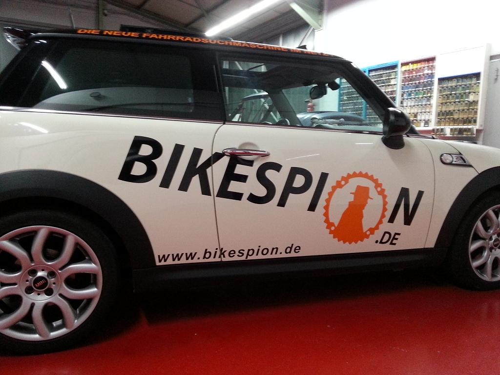 Fahrzeugbeschriftung eines Firmenwagens